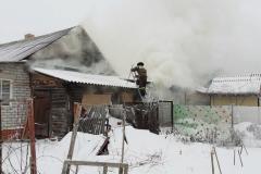 Спасатели эвакуировали пожилую женщину из горящего дома