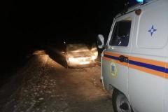 Пробил колесо и закончился бензин: спасатели эвакуировали замерзающих пассажиров иномарки в Ртищевском районе
